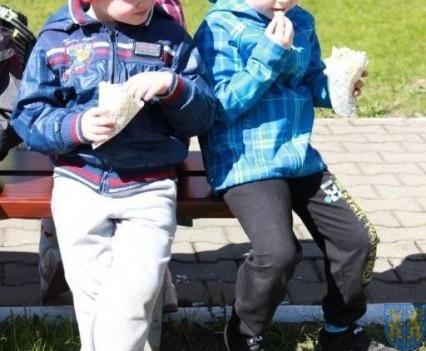 Nowy plac zabaw służy dzieciom (175)
