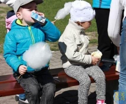 Nowy plac zabaw służy dzieciom (176)