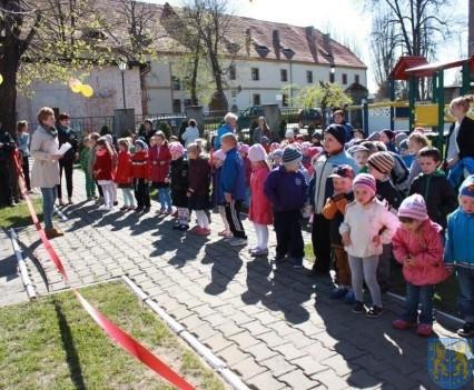 Nowy plac zabaw służy dzieciom (18)