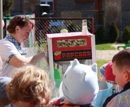 Nowy plac zabaw służy dzieciom (186)