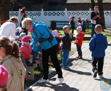 Nowy plac zabaw służy dzieciom (187)