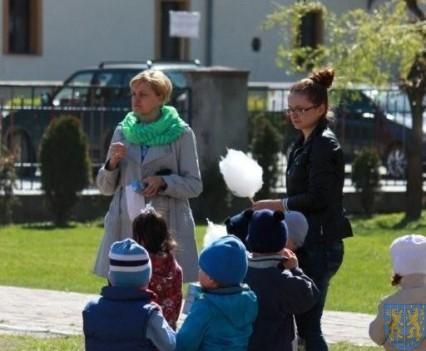Nowy plac zabaw służy dzieciom (189)