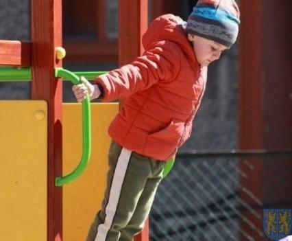 Nowy plac zabaw służy dzieciom (192)