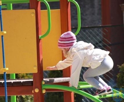 Nowy plac zabaw służy dzieciom (193)