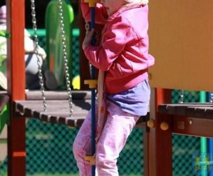 Nowy plac zabaw służy dzieciom (195)