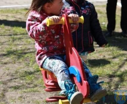 Nowy plac zabaw służy dzieciom (196)