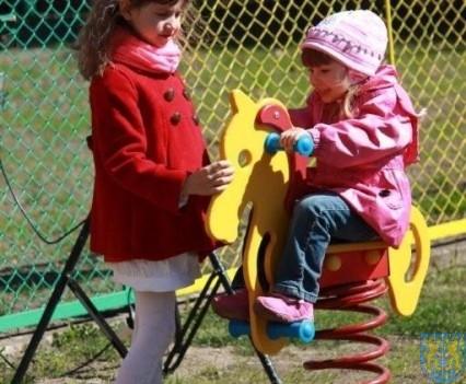 Nowy plac zabaw służy dzieciom (198)