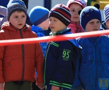 Nowy plac zabaw służy dzieciom (2)