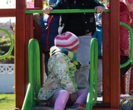 Nowy plac zabaw służy dzieciom (200)