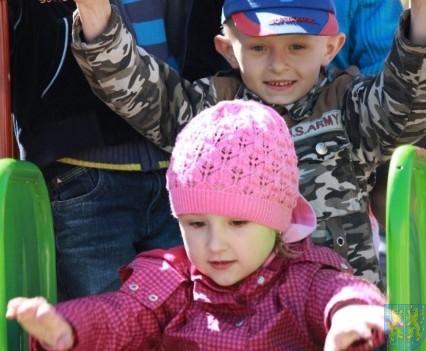Nowy plac zabaw służy dzieciom (202)