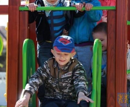 Nowy plac zabaw służy dzieciom (203)