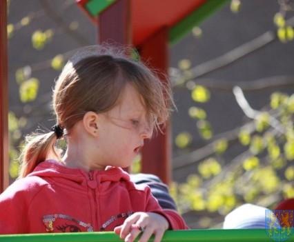 Nowy plac zabaw służy dzieciom (204)