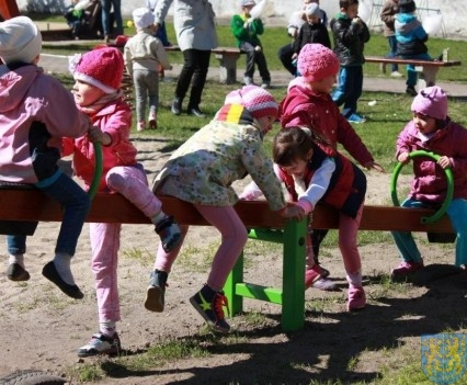 Nowy plac zabaw służy dzieciom (205)