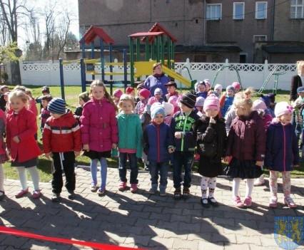 Nowy plac zabaw służy dzieciom (207)