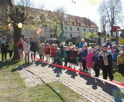 Nowy plac zabaw służy dzieciom (208)
