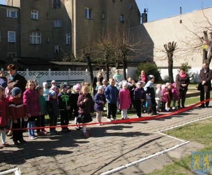 Nowy plac zabaw służy dzieciom (209)