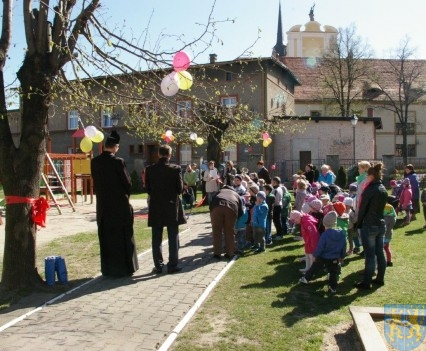 Nowy plac zabaw służy dzieciom (210)
