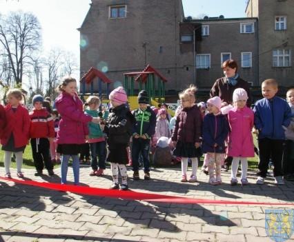 Nowy plac zabaw służy dzieciom (211)