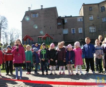 Nowy plac zabaw służy dzieciom (212)