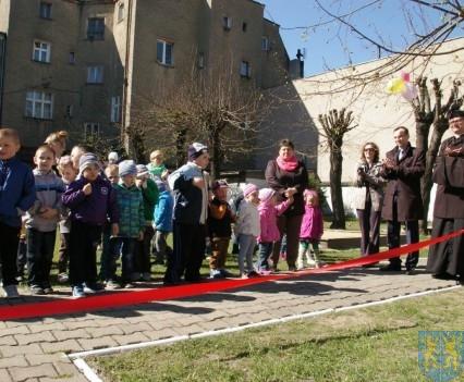 Nowy plac zabaw służy dzieciom (213)