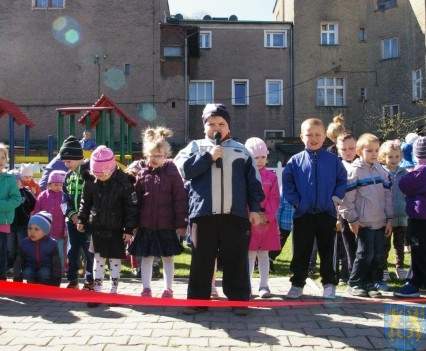 Nowy plac zabaw służy dzieciom (214)