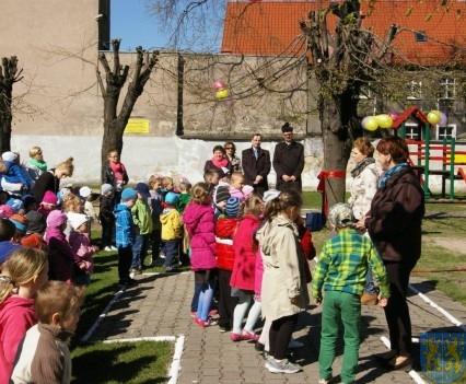 Nowy plac zabaw służy dzieciom (215)