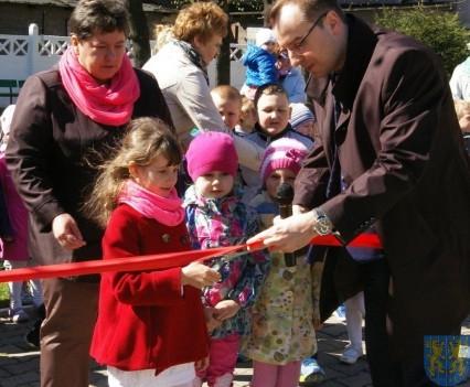 Nowy plac zabaw służy dzieciom (217)