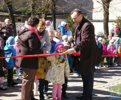 Nowy plac zabaw służy dzieciom (218)