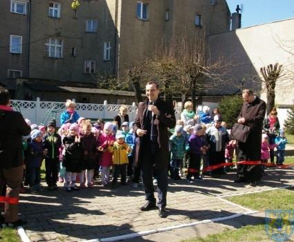 Nowy plac zabaw służy dzieciom (222)