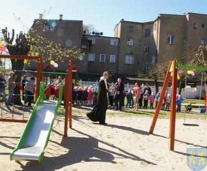 Nowy plac zabaw służy dzieciom (224)