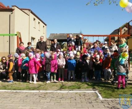 Nowy plac zabaw służy dzieciom (225)