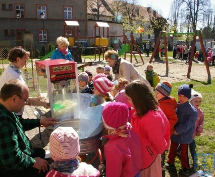Nowy plac zabaw służy dzieciom (226)