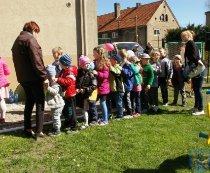 Nowy plac zabaw służy dzieciom (228)
