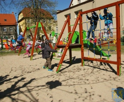 Nowy plac zabaw służy dzieciom (229)
