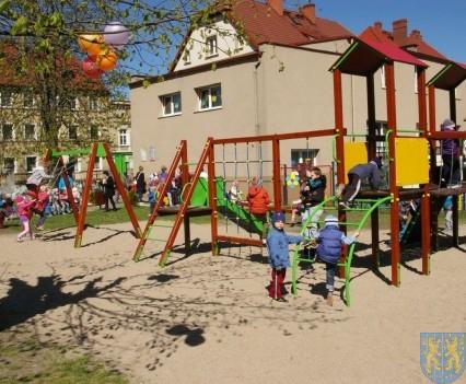 Nowy plac zabaw służy dzieciom (230)