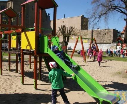 Nowy plac zabaw służy dzieciom (231)