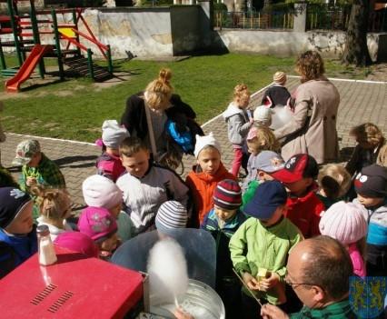 Nowy plac zabaw służy dzieciom (232)