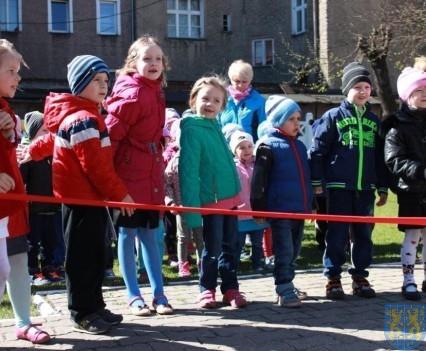 Nowy plac zabaw służy dzieciom (25)