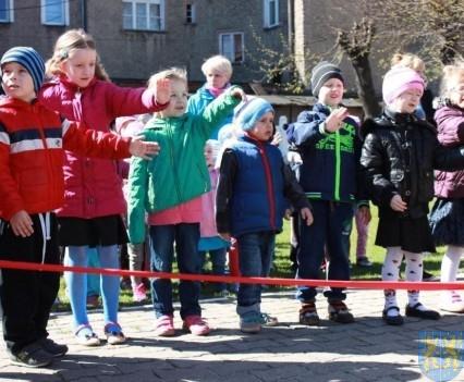 Nowy plac zabaw służy dzieciom (26)