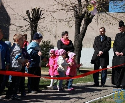 Nowy plac zabaw służy dzieciom (27)