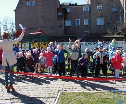 Nowy plac zabaw służy dzieciom (29)