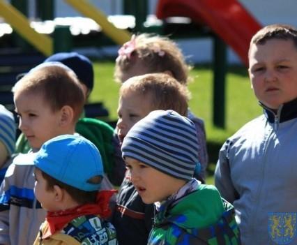 Nowy plac zabaw służy dzieciom (3)