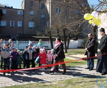 Nowy plac zabaw służy dzieciom (30)