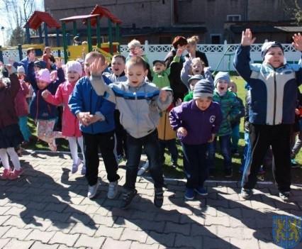 Nowy plac zabaw służy dzieciom (31)