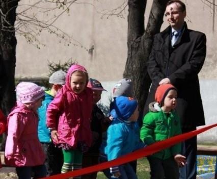 Nowy plac zabaw służy dzieciom (35)