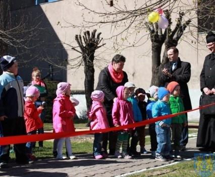 Nowy plac zabaw służy dzieciom (36)