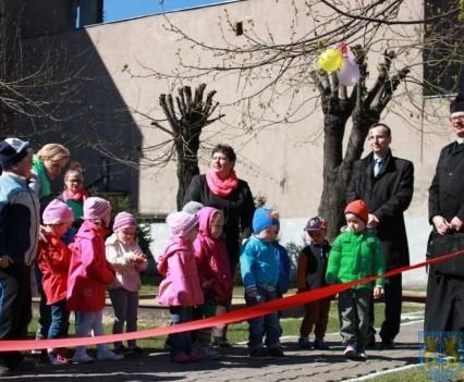 Nowy plac zabaw służy dzieciom (37)
