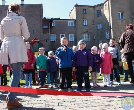 Nowy plac zabaw służy dzieciom (39)