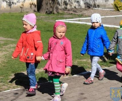 Nowy plac zabaw służy dzieciom (4)