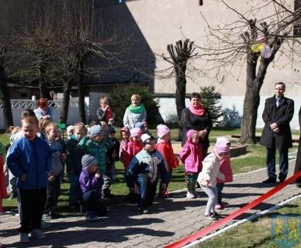 Nowy plac zabaw służy dzieciom (42)